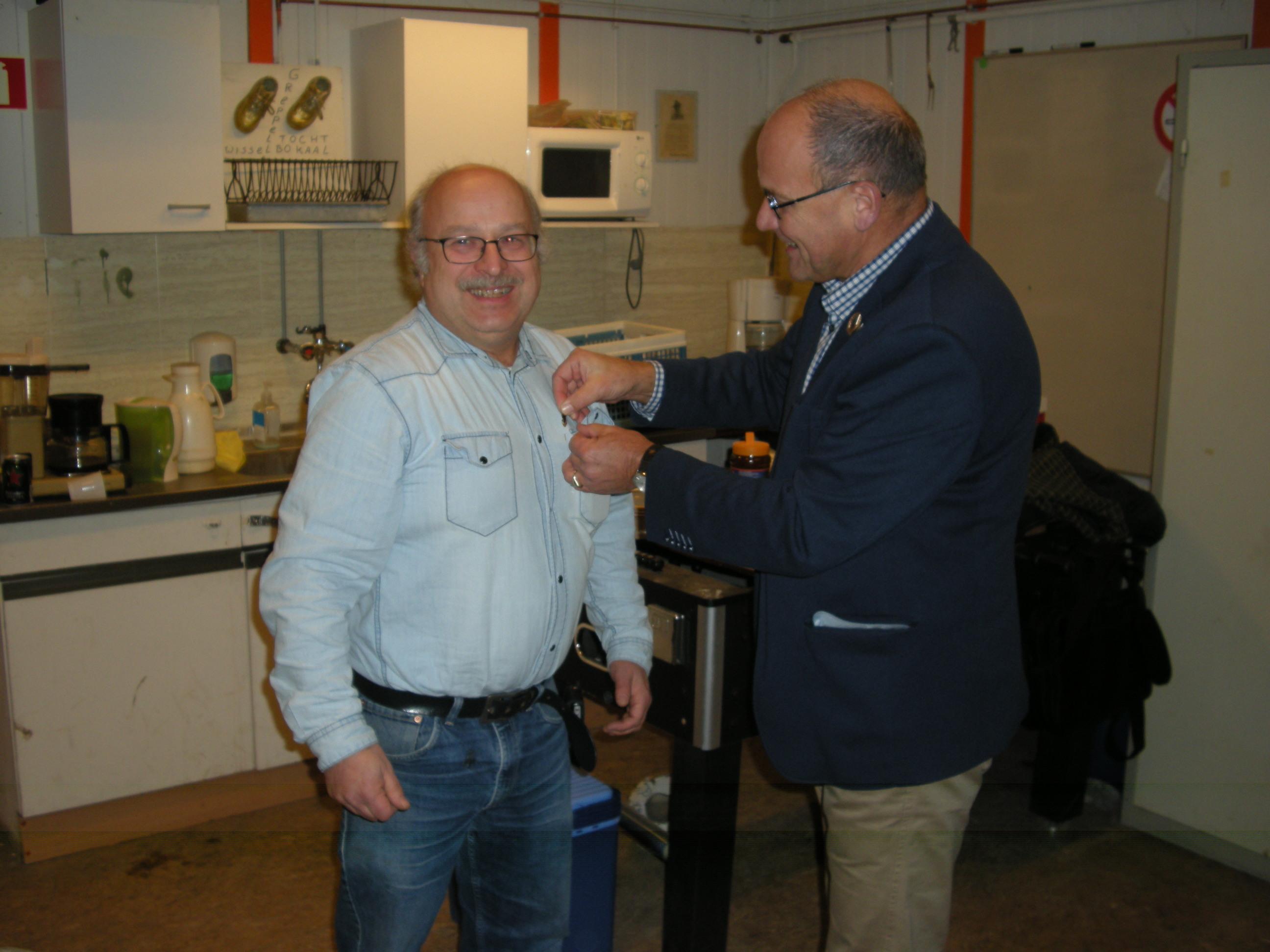 Evert van Belle (PA3FXY) ontvangt de Gouden Speld