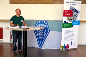 Nieuwe leden bij de VERON. Jean-Paul wacht de radio-examenkandidaten op in Vlaardingen.