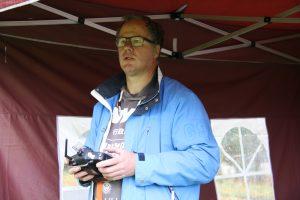 Benno bestuurt drone onder spraakbegeleiding van een scout.