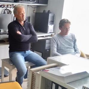 Henk Nijboer luistert geconcentreerd naar het QSO