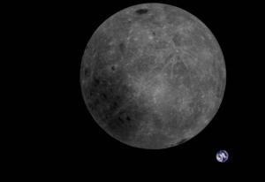 Maan op de achtergrond de aarde