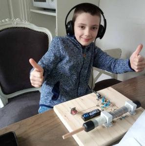 Stef bouwt kids-radio met zijn vader