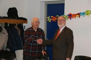 Bert Westerink, PA0LWJ, ontvangt de Gouden speld